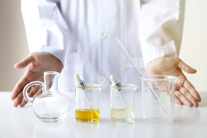 Skincare di formulazione e di mescolanza di scienze dei cosmetici di bellezza, con essenza di erbe fotografia stock libera da diritti