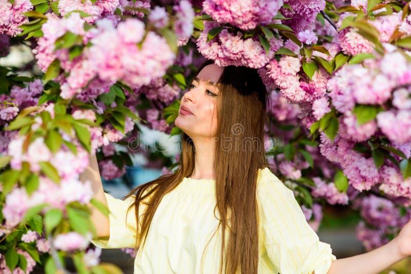 Skincare e stazione termale Cosmetici naturali per pelle donna nella fioritura del fiore di primavera ragazza in fiore della cili fotografia stock