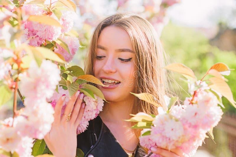 Skincare e stazione termale Cosmetici naturali per pelle Ragazza in fiore del fiore di ciliegia Fioritura dell'albero di Sakura M fotografia stock