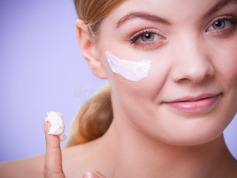 Skincare Framsida av flickan för ung kvinna som tar omsorg av torr hud arkivfoton