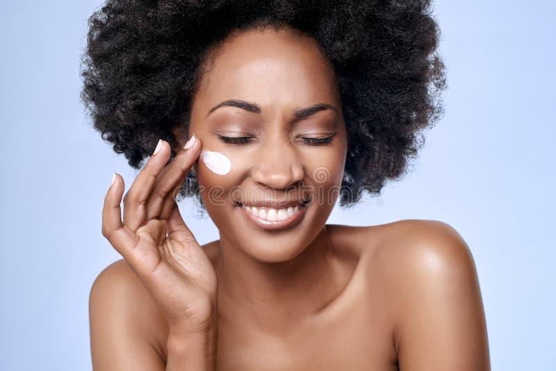 Skincare-Konzept mit Schwarzafrikanermodell stockfoto