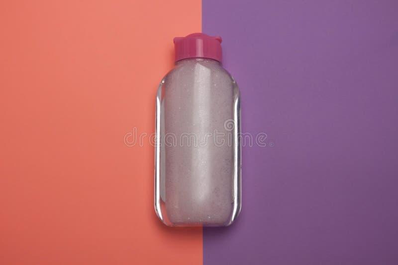 Skincare kosmetyczna butelka, produkt dla czyścić i makijaż, usuwamy, odgórny widok, pastelowego koloru tło, minimalistic obrazy stock