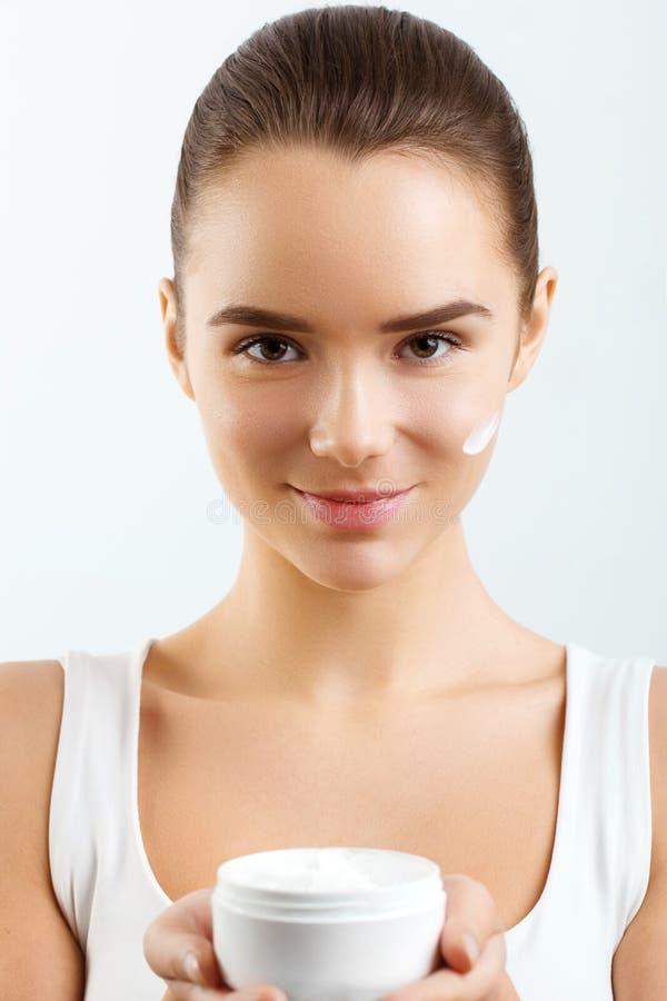 Skincare Makrodetail des kosmetischen Behälters voll echter Perlen über Himmelnachahmunghintergrund Junge hübsche Frau, die kosme lizenzfreie stockbilder