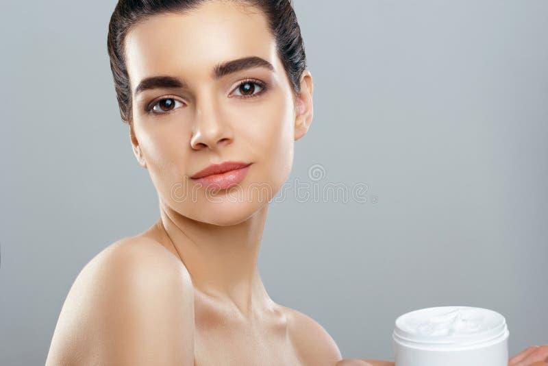 Skincare Makrodetail des kosmetischen Behälters voll echter Perlen über Himmelnachahmunghintergrund Junge hübsche Frau, die kosme stockfotos