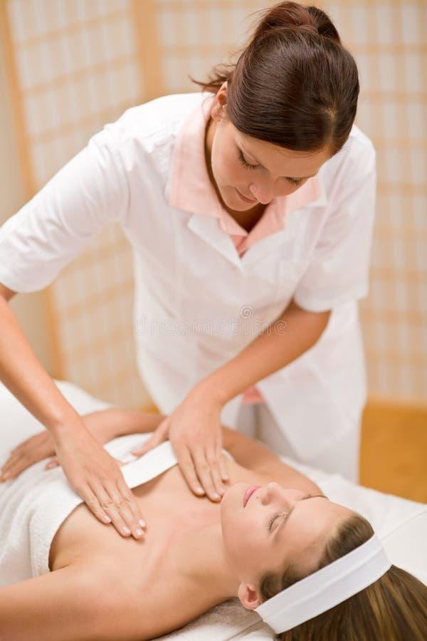 Skincare - massagem da segmentação da mulher no salão de beleza fotos de stock royalty free