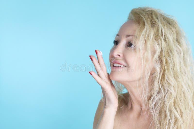 Skincare - mooie rijpe vrouw royalty-vrije stock foto