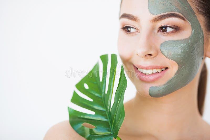 Skincare Mulher bonita com pele perfeita perto da folha verde sobre fotos de stock