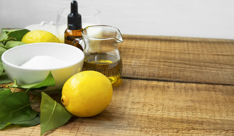 Skincare naturale della stazione termale con sale e le erbe organici, limone, oliva o fotografie stock