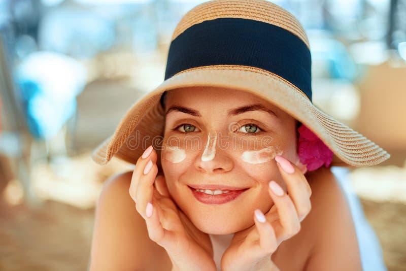 Skincare pärlor för blå för begrepp för bakgrundsskönhet blir grund naturliga over för behållare kosmetisk för djup för detalj fö royaltyfri bild