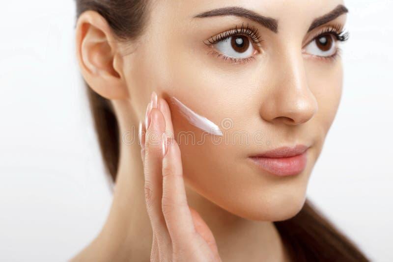 Skincare p?rlor f?r bl? f?r begrepp f?r bakgrundssk?nhet blir grund naturliga over f?r beh?llare kosmetisk f?r djup f?r detalj f? arkivfoto