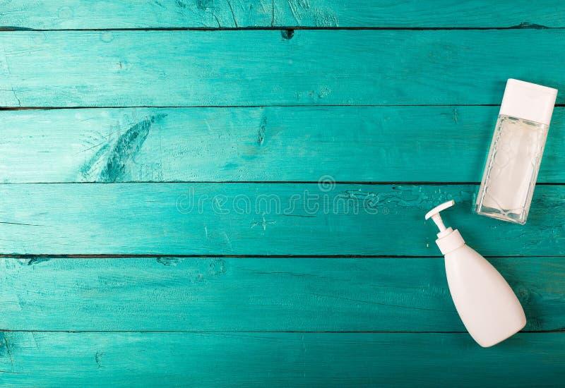 Skincare podstawy na drewnianym tle obrazy stock