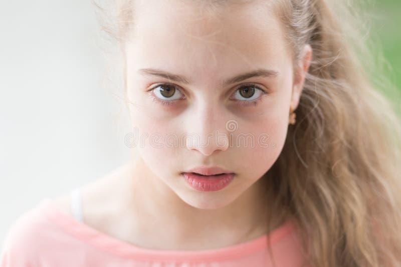 Skincare que le ama detrás Mirada de la belleza de poco modelo del skincare Pequeña muchacha adorable con la piel joven sana de l foto de archivo
