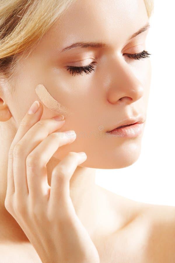 Skincare, renivellement et produit de beauté. Son de base de peau images libres de droits