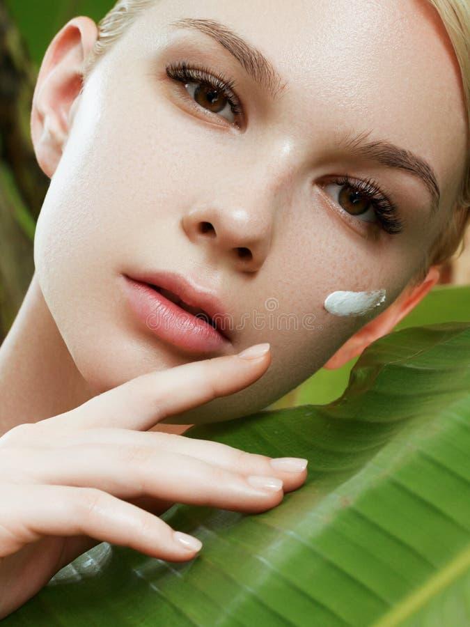 Skincare, salud, balneario Limpie la piel suave, mirada fresca sana El concepto de una piel sana Retrato de un hermoso fotos de archivo libres de regalías
