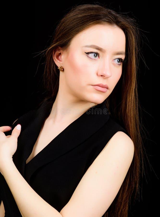 Skincare skönhetsmedel och makeup naturlig sk?nhet st?ende f?r modemodell sinnlig kvinna som isoleras på svart fris?r arkivfoto