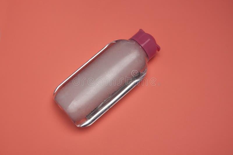 Skincare tar den kosmetiska flaskan, produkten f?r att rentv? och sminket bort, den b?sta sikten, bakgrund f?r pastellf?rgad f?rg arkivbild