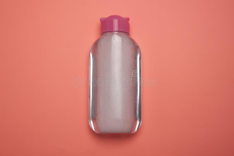Skincare tar den kosmetiska flaskan, produkten f?r att rentv? och sminket bort, den b?sta sikten, bakgrund f?r pastellf?rgad f?rg royaltyfri foto