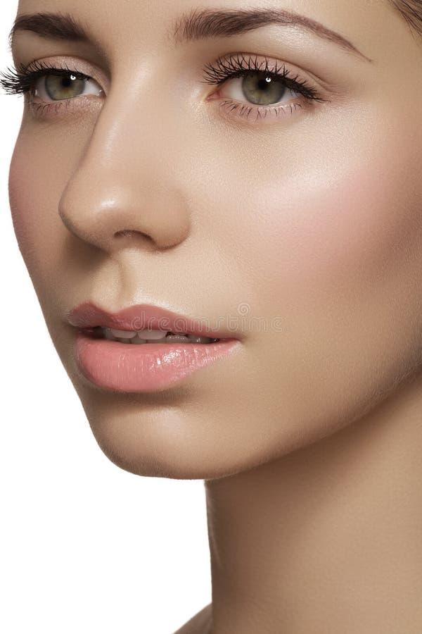 Skincare & trucco. Fronte della donna con pelle brillante pulita & rossetto fresco fotografia stock