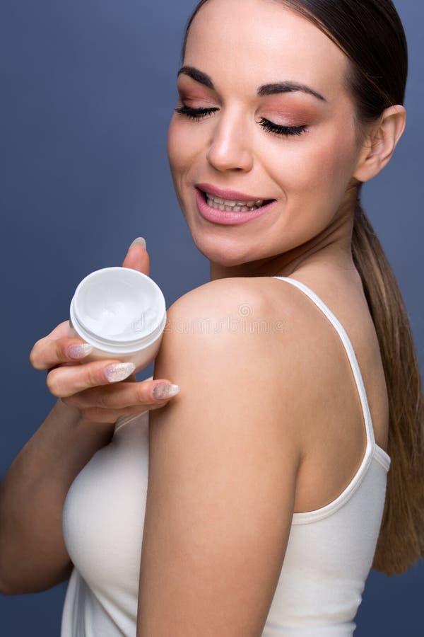 Skincare- ung härlig flicka som tar omsorg av hennes hud arkivbild