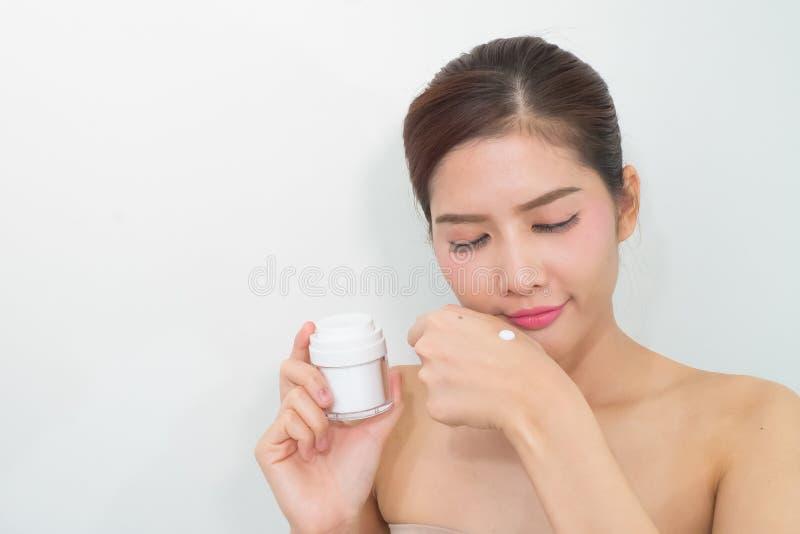 Skincareproducten, Portret van Mooie Jonge Vrouw die bekijken stock foto's