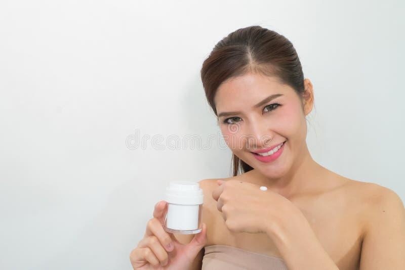 Skincareproducten, Portret van Mooie Jonge Vrouw die bekijken royalty-vrije stock afbeelding
