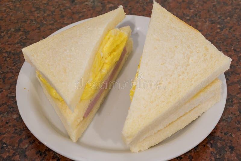 Skinka- och äggsmörgås arkivbild