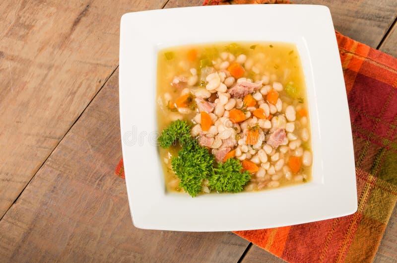 Skinka- och bönasoppa med morötter arkivfoton