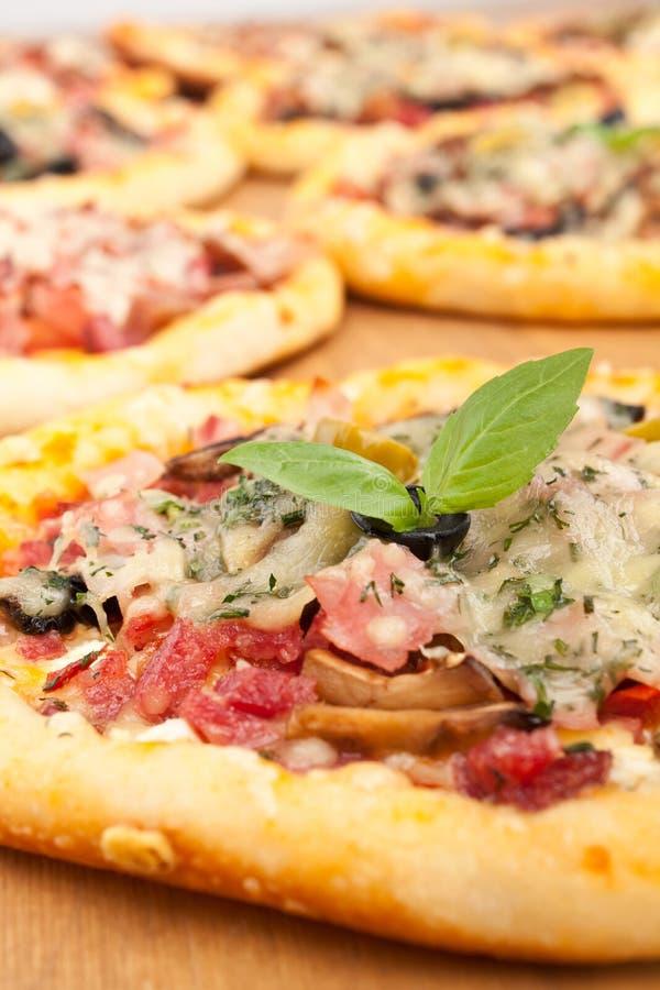 Skinka- och champinjonpizza royaltyfri bild