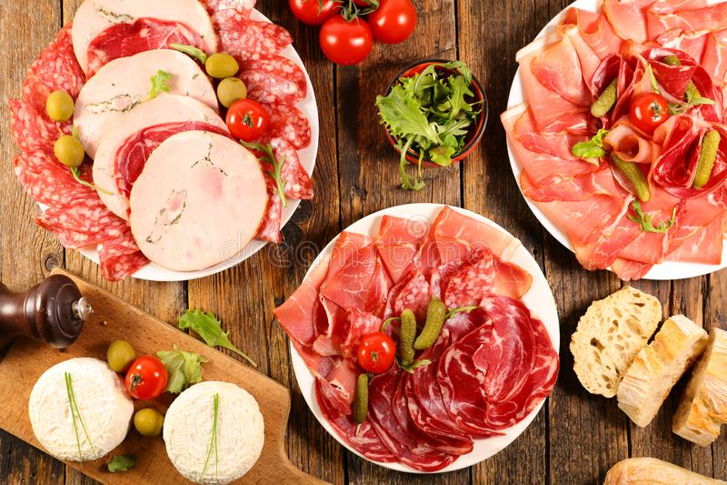 Skinka salami, korv med ost royaltyfria foton
