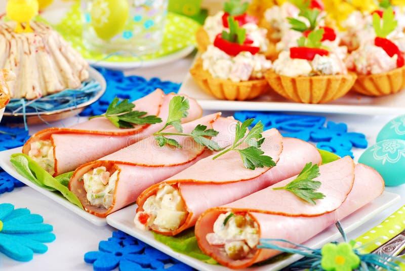Skinkarullar stoppade med grönsaksallad och mayonnaise fotografering för bildbyråer