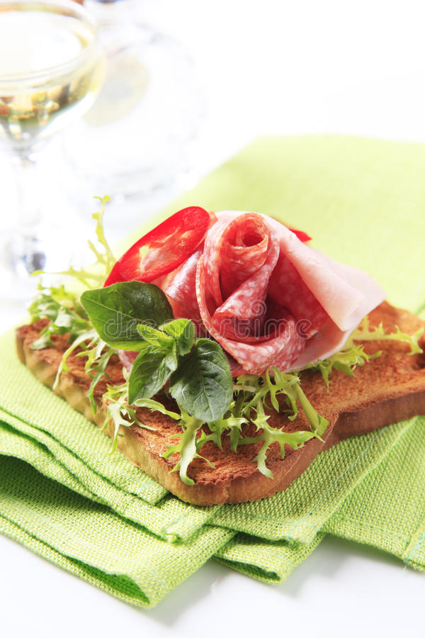 skinkasalamirostat bröd royaltyfri foto