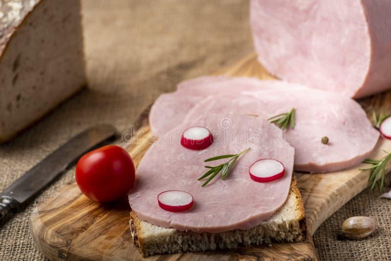 Skinksmörgås med rädisan arkivfoto