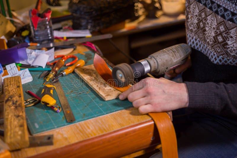 Skinner travaillant avec la ceinture en cuir photographie stock libre de droits