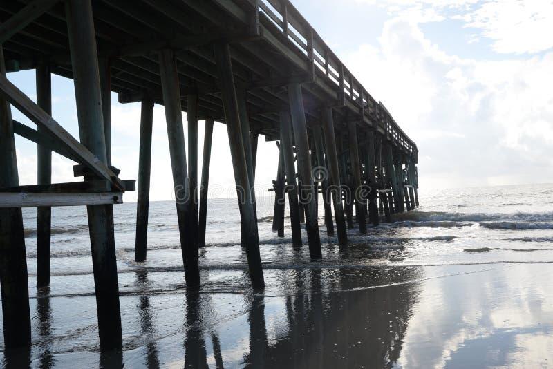 Skinntidvatten kommer med nog havvatten onshore för att göra härlig reflexionstips arkivbilder