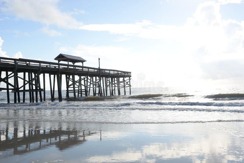 Skinntidvatten kommer med nog havvatten onshore för att göra härlig reflexionstips royaltyfri foto