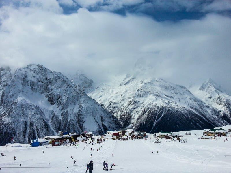 Skiort an einem sonnigen Tag stockfotos