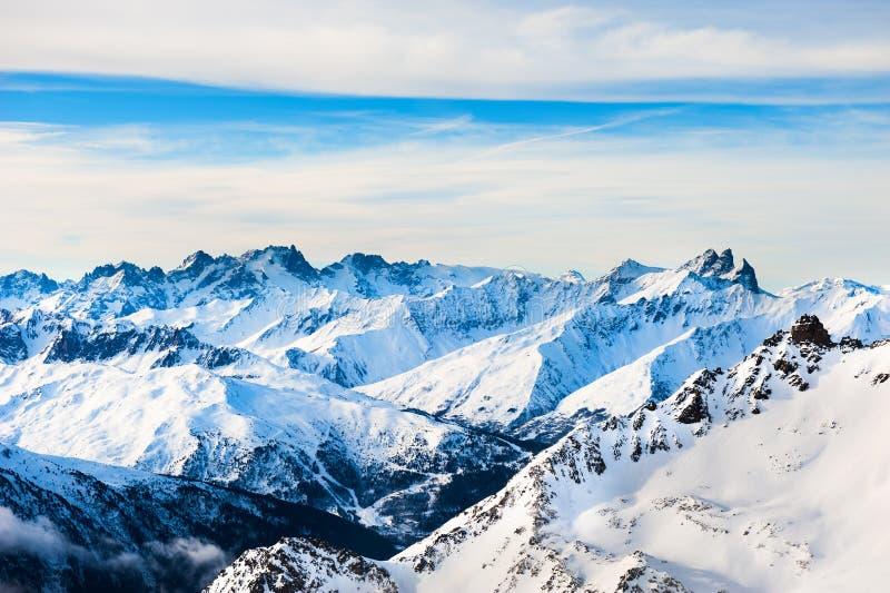 Skiort im Wintergebirge stockfotos