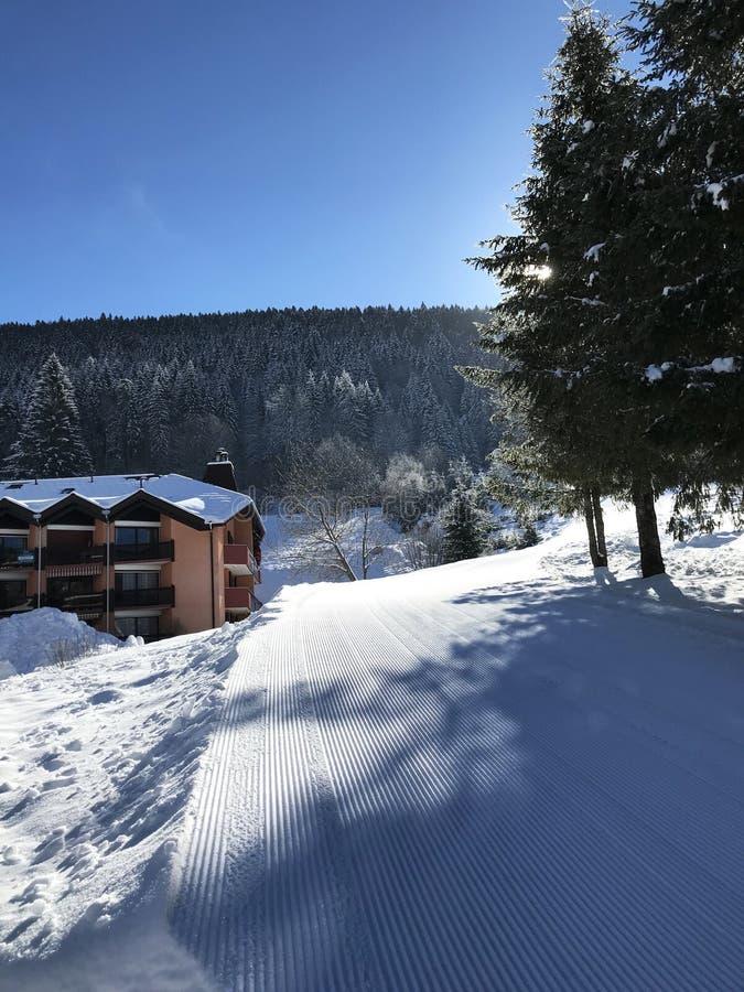 Skiortlandschaft an einem sonnigen Tag lizenzfreies stockfoto