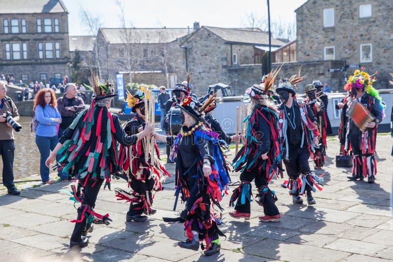 SKIPTON INGLATERRA 6 DE ABRIL: Los bailarines de Morris pusieron un displa público imagen de archivo libre de regalías