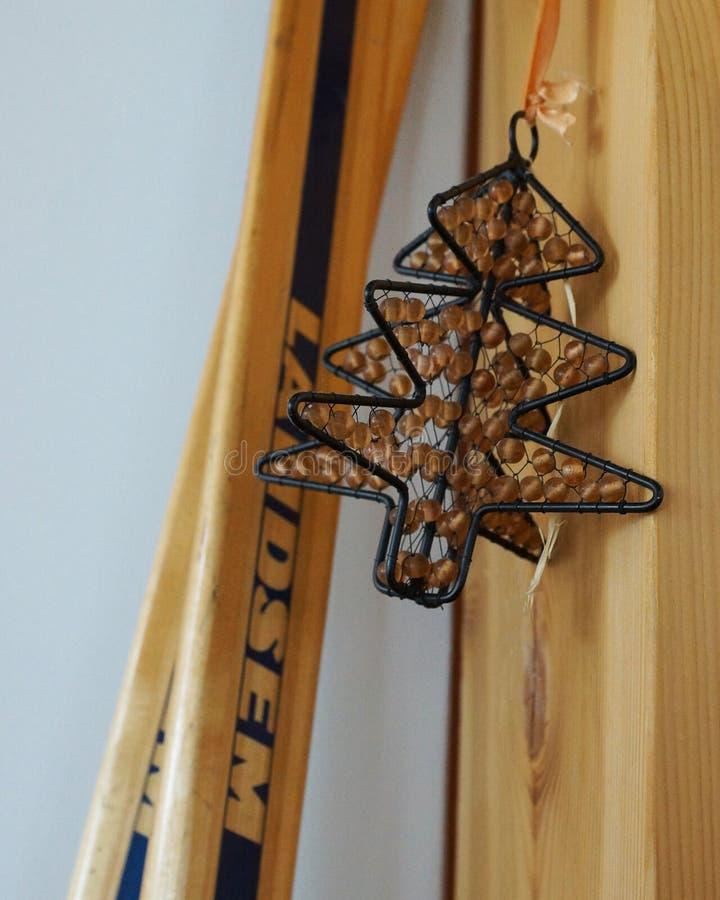 Skis et arbre images stock