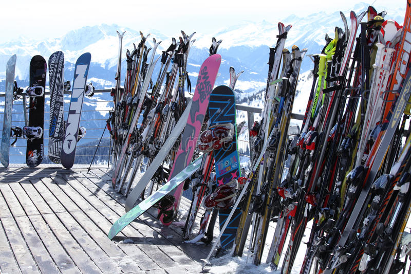 Skis et snowboards en ressource de l'hiver image stock