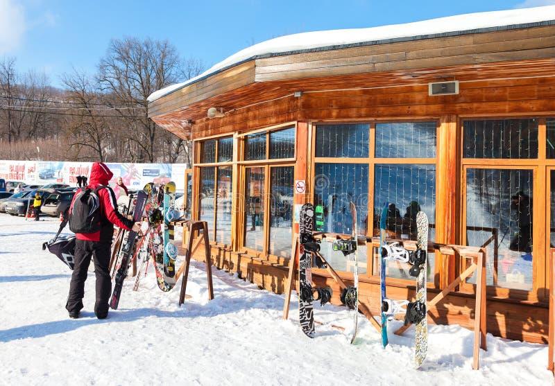 Skis und Snowboards stehen auf den Gestellen lizenzfreies stockfoto