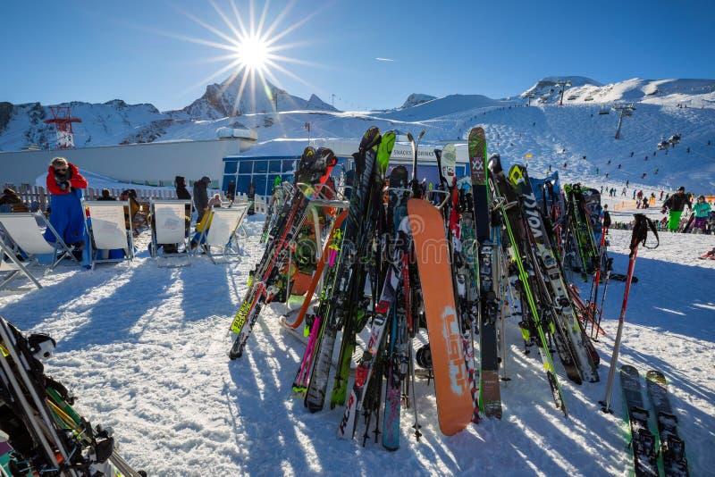 Skis und Snowboardsausrüstung stockbild