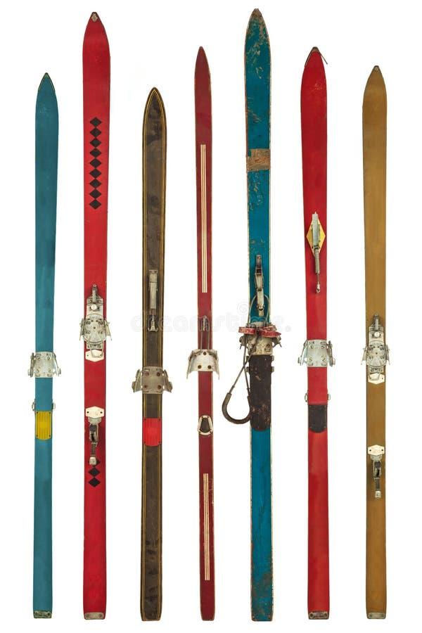 Skis utilisés colorés de vintage d'isolement sur le blanc image libre de droits