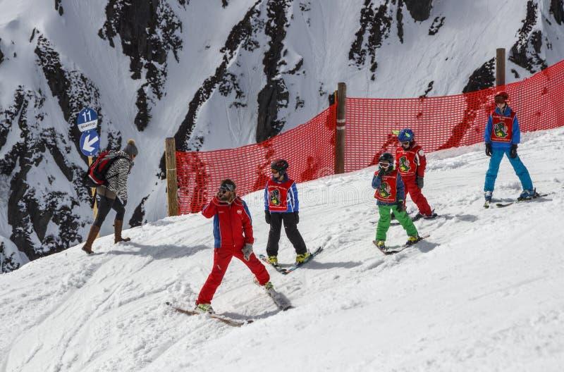 Skischool voor kinderen in Tirol, Oostenrijk, 2015 royalty-vrije stock foto