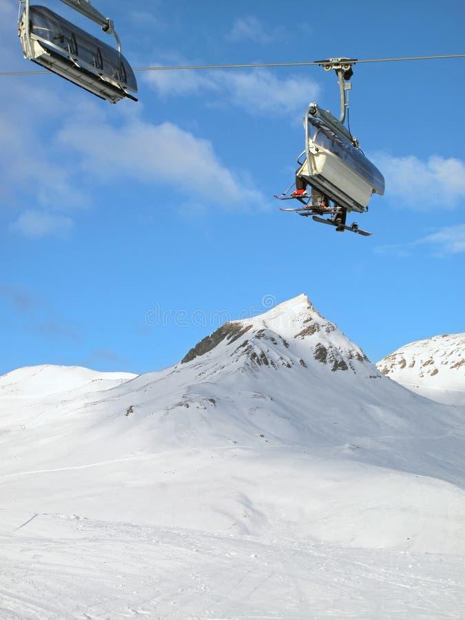 Skisessellift mit Skifahrern. Die Schweiz. stockbild