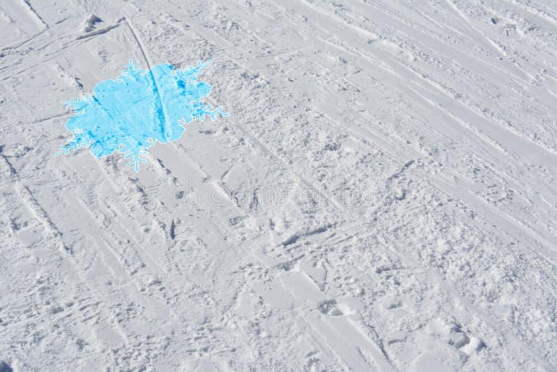 Skispoor met blauwe sneeuwvlok Abstracte de winterachtergrond stock fotografie