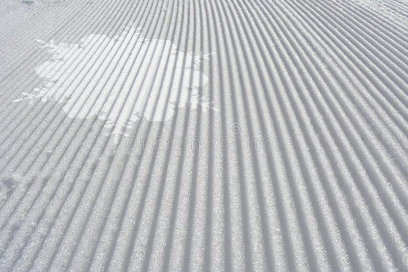 Skispoor met witte sneeuwvlok Abstracte skiachtergrond royalty-vrije stock afbeeldingen