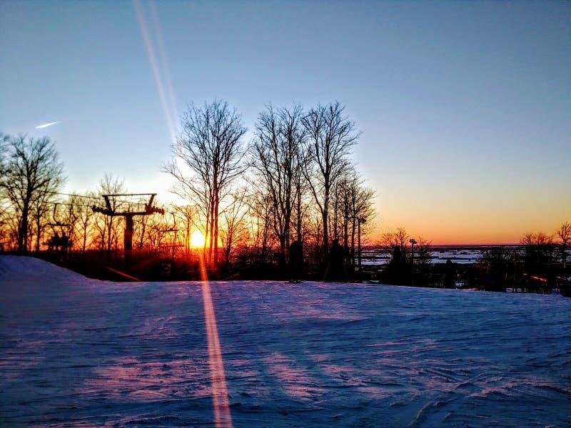 Skispoor over een berg stock fotografie