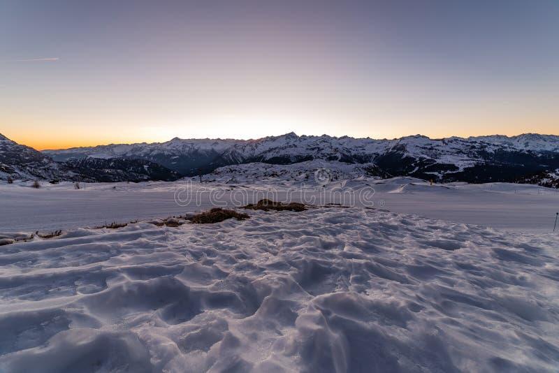 Skisporen bij zonsondergang royalty-vrije stock afbeelding